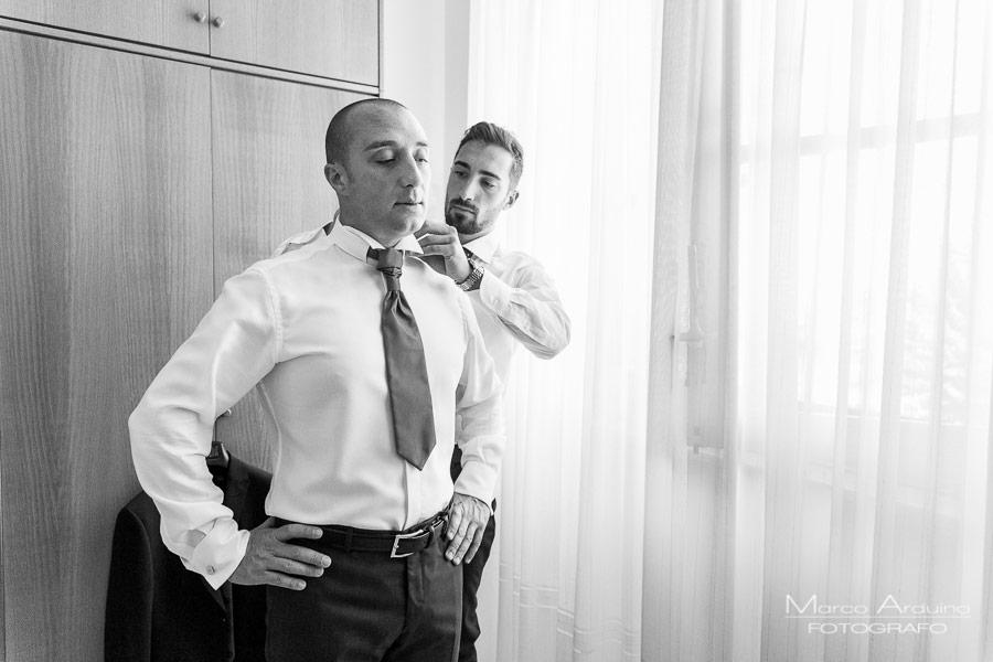 la vestizione dello sposo fotografo matrimonio novara